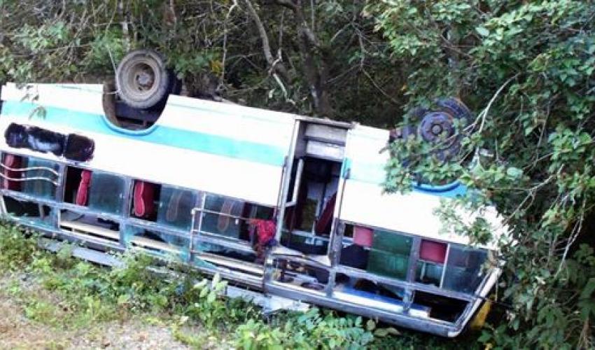 पूर्वपश्चिम राजमार्गमा बस दुर्घटना हुँदा ४ जनाको मृत्युु, ४९ जना घाइते