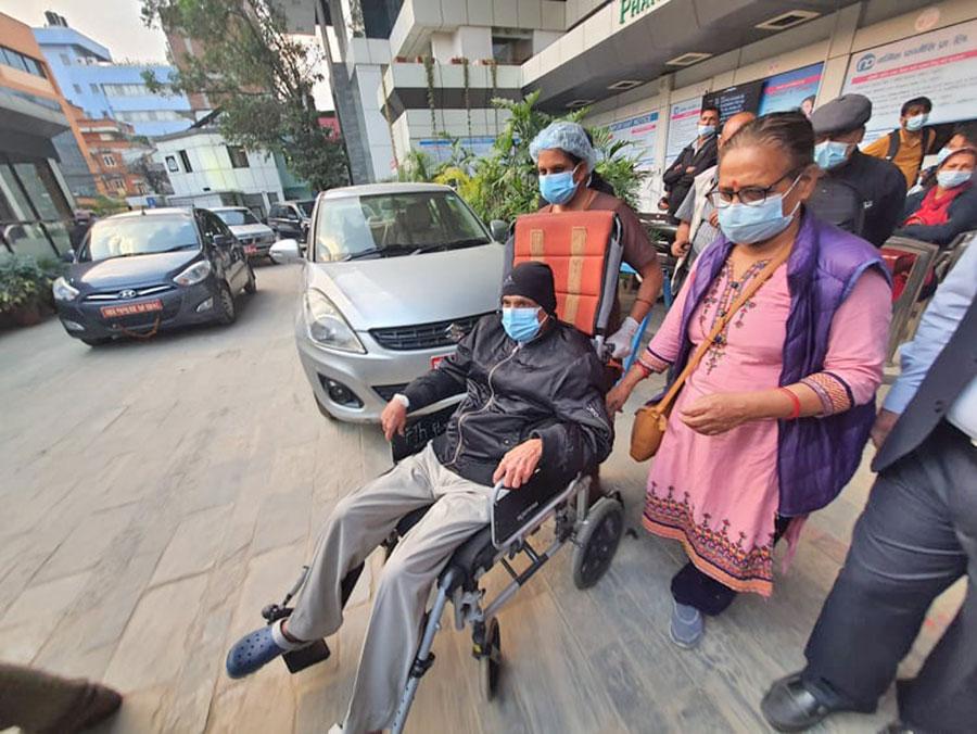 मोहन वैद्य किरण अस्पतालबाट डिस्चार्ज